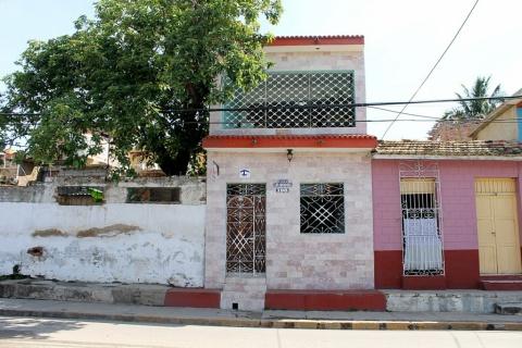 Front_view_of_the_Hostal_Los_Mendoza_in_the_city_of_Trinidad_in_Cuba