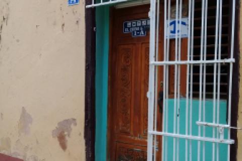 Entrada_de_la_Casa_Hostal_Orlando_y_Familia_(El Chino)_en_la_ciudad_de_Trinidad_en_Cuba